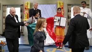 Ceremonia del Premio Nobel de la Paz interrumpida por bandera mexicana con sangre.