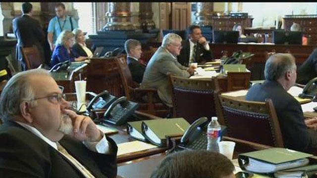 ElL senado de Kansas aprobó el incremento de impuestos más grande en la historia del estado.