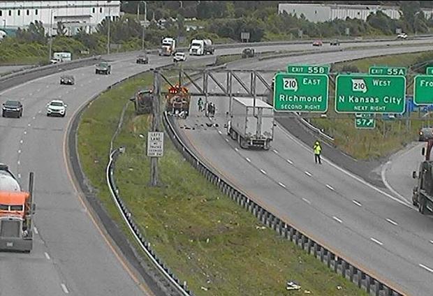 Un accidente cierra I-435 y calle Front