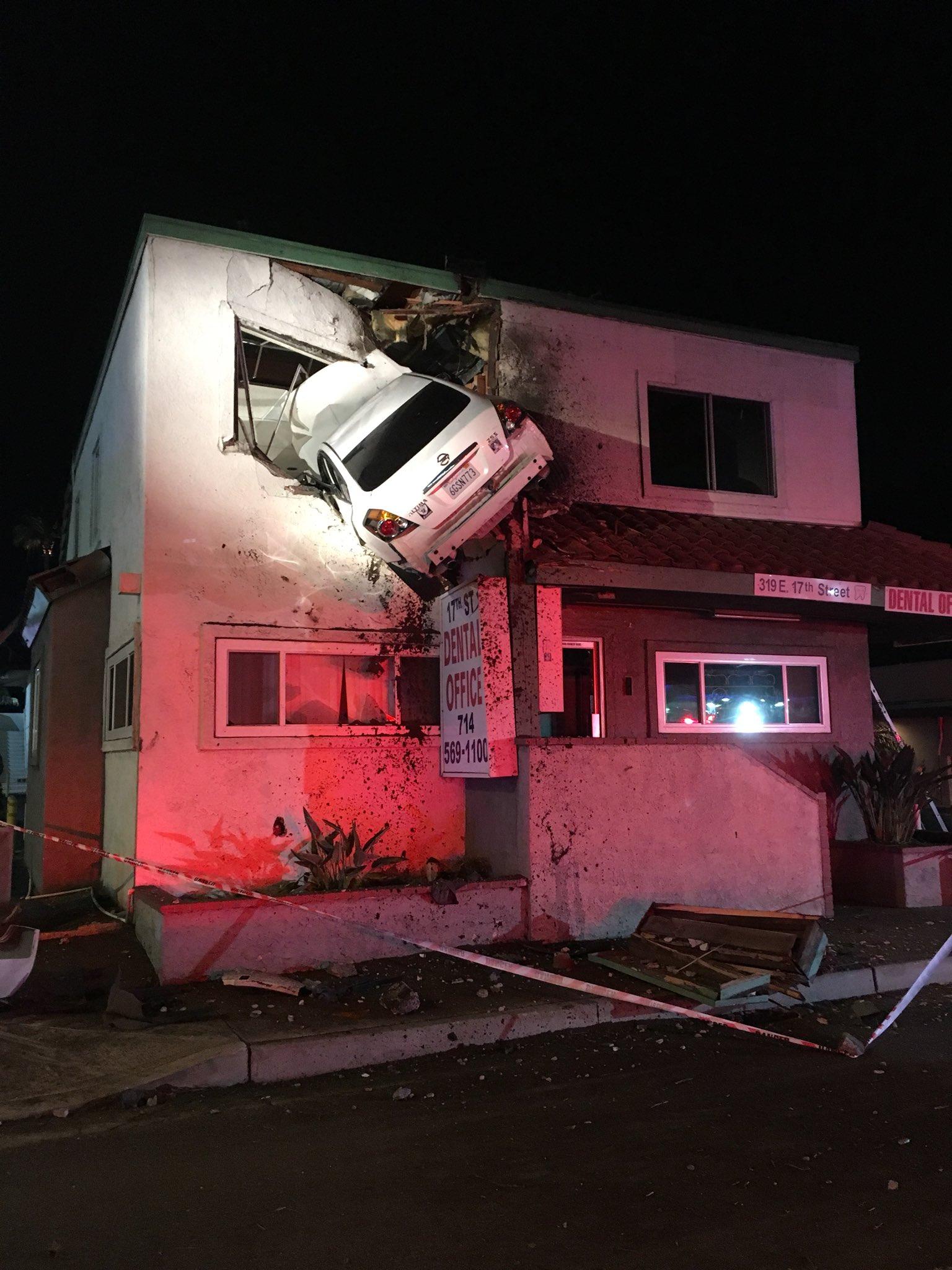 Un carro termina en el segundo piso de un edificio comercial tras accidente en el sur de California